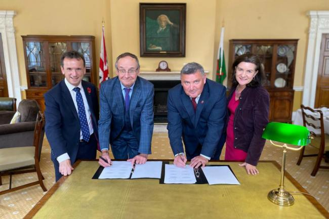 Secretary of State for Wales Alun Cairns, Cllrs Dyfrig Siencyn and Mark Pritchard, and Welsh Government Minister for International Relations Eluned Morgan, all signing the Heads of Terms