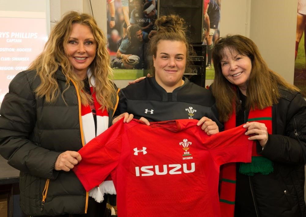 Carol Vorderman and NASA's Dr Colleen Hartman present kit to Wales Women's Captain captain Carys Phillips PICTURE: WRU/Huw Evans Picture Agency